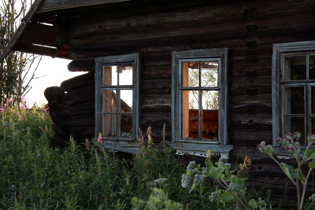 Старый разрушающийся деревенский дом